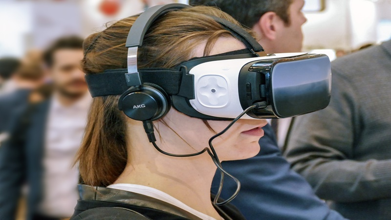 Woman wearing VR glasses representing the benefits of virtual reality in tourism