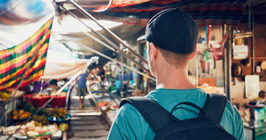Nišni turist šeta na nišnoj tržnici