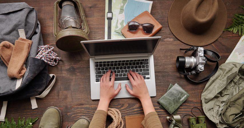 Turist provjera webstranicu prije putovanja