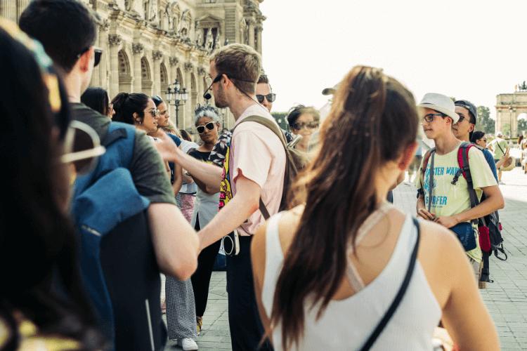 turistički vodič u grupi ljudi