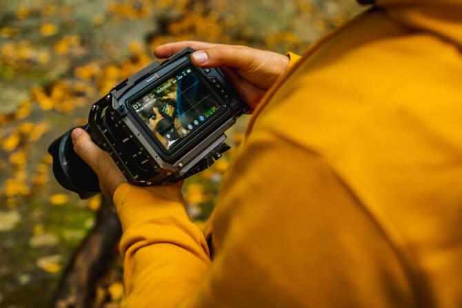 man setting up camera travel photography tips